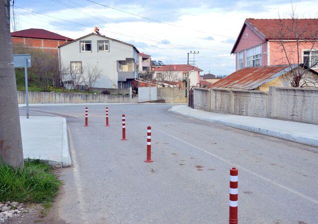 Sakarya'nın Karasu ilçesinde yaşayan Atakan Temel, arsasından usulsüz olarak yol geçirildiğini iddia ederek yolu dubalarla kapattı ve iki gün boyunca arsasında oturarak nöbet tutmaya başladı.