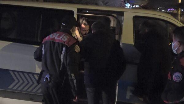 Karabük'te 'dur' ihtarına uymayıp kaçan alkollü sürücü yakalandıktan sonra polis ekiplerinden helallik istedi. - Sputnik Türkiye