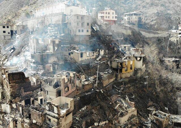Artvin'in Yusufeli ilçesine bağlı Dereiçi köyünde dün çıkan ve çok sayıda binaya sıçrayan yangın tamamen söndürüldü.