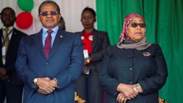Tanzanya'da eski Devlet Başkanı John Magufuli'ninhayatını kaybetmesinin ardından görevi devralması beklenen Devlet Başkanı YardımcısıSamia Suluhu Hassan, ülke tarihinde başkanlık koltuğuna oturanilk kadın olacak. - Sputnik Türkiye