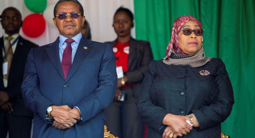 Tanzanya'da eski Devlet Başkanı John Magufuli'ninhayatını kaybetmesinin ardından görevi devralması beklenen Devlet Başkanı YardımcısıSamia Suluhu Hassan, ülke tarihinde başkanlık koltuğuna oturanilk kadın olacak.