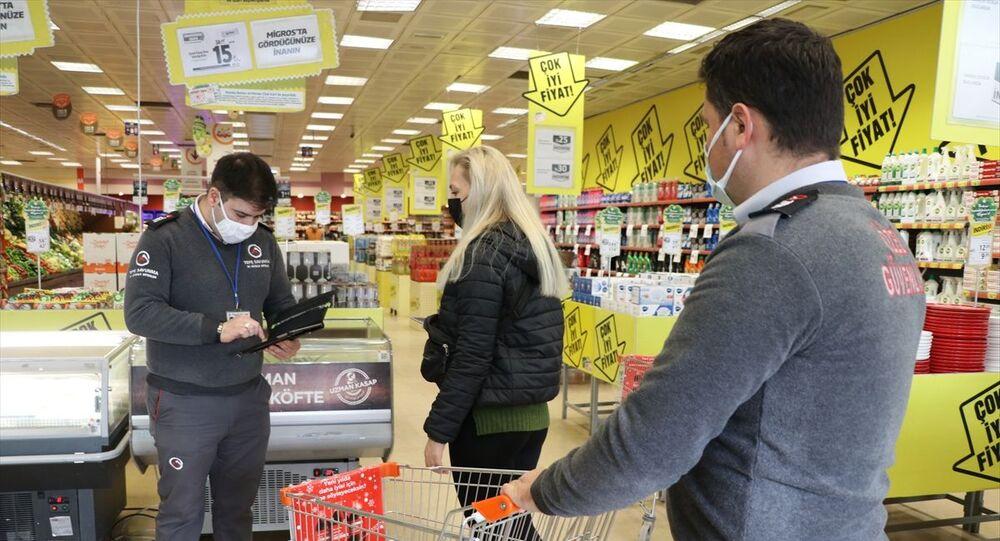 Yeni tip koronavirüs (Kovid-19) risk haritasına göre çok yüksek riskli illerden Edirne'deki marketlerde tedbirler artırıldı. Marketlerde HES kodu kontrolü uygulaması devam ediyor. Ayrıca market arabaları içeride en fazla bulunabilecek müşteri sayısınca konuluyor.