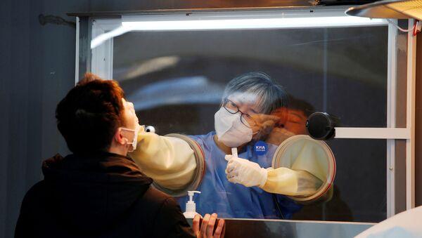 Güney Kore başkenti Seul'deki bir merkezde koronavirüs testi yapılırken - Sputnik Türkiye
