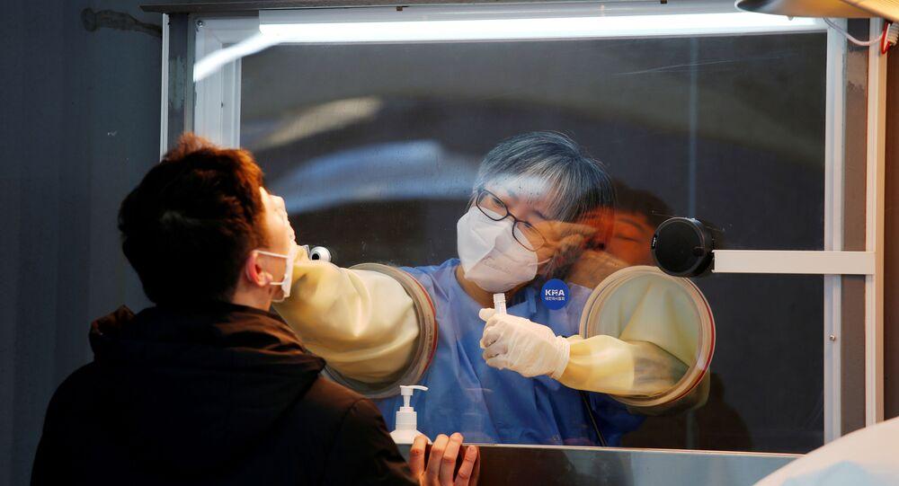 Güney Kore başkenti Seul'deki bir merkezde koronavirüs testi yapılırken