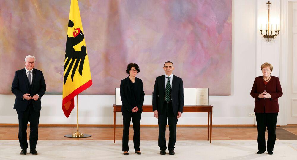 CumhurbaşkanıFrank-Walter Steinmeier'in Bellevue Sarayı'nda düzenlediği veBaşbakan Angela Merkel'in de katıldığıtörende,BioNTech'i kurup yönetenTürkiye kökenli Özlem Türeci-Uğur Şahin çiftine,Almanya'nın en üst düzey devlet madalyası olan Liyakat Nişanı takdim edildi.