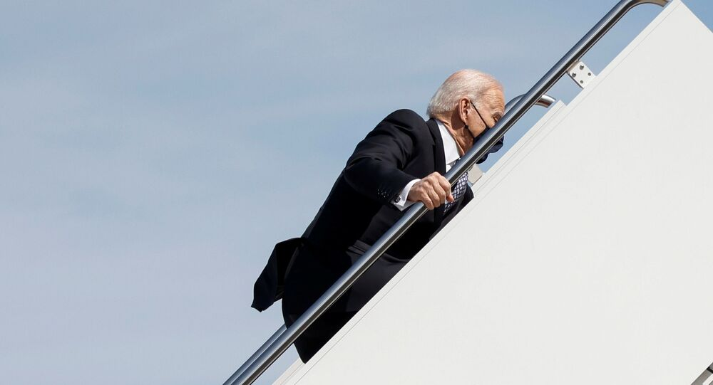ABD Joe Biden uçağa binerken merdivenlerde düştü.