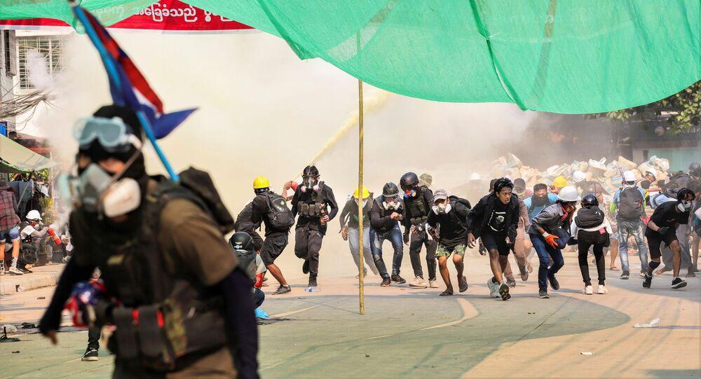 Myanmar'da, askeri darbeye yönelik protestolar