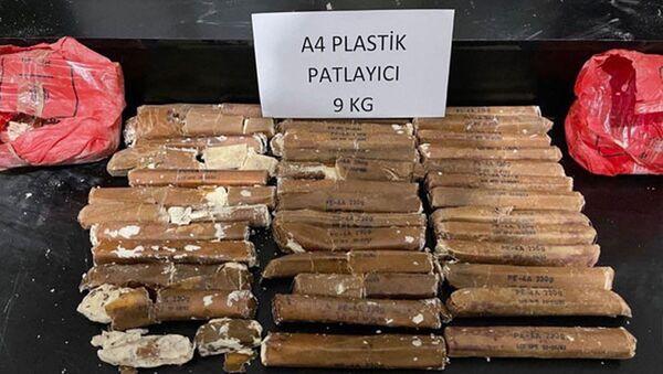 İçişleri Bakanlığı Hakkari'de toprağa gömülü vaziyette 9 kilo 200 gram A-4 plastik patlayıcı ile bir kamyonda 204 kilo 200 gram eroin ele geçirildiğini açıkladı. - Sputnik Türkiye