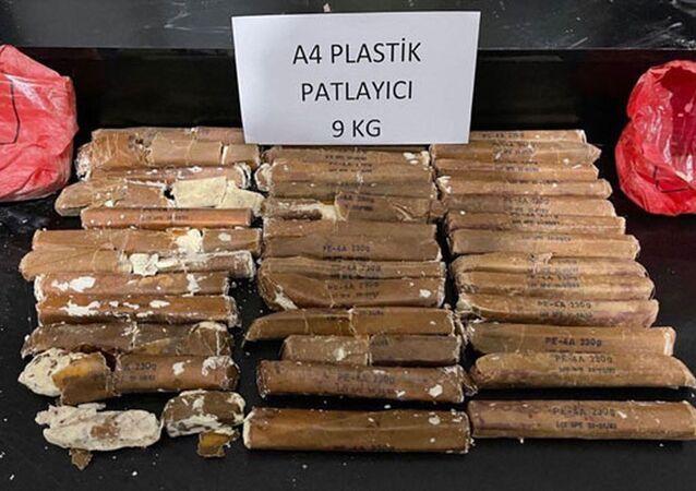 İçişleri Bakanlığı Hakkari'de toprağa gömülü vaziyette 9 kilo 200 gram A-4 plastik patlayıcı ile bir kamyonda 204 kilo 200 gram eroin ele geçirildiğini açıkladı.