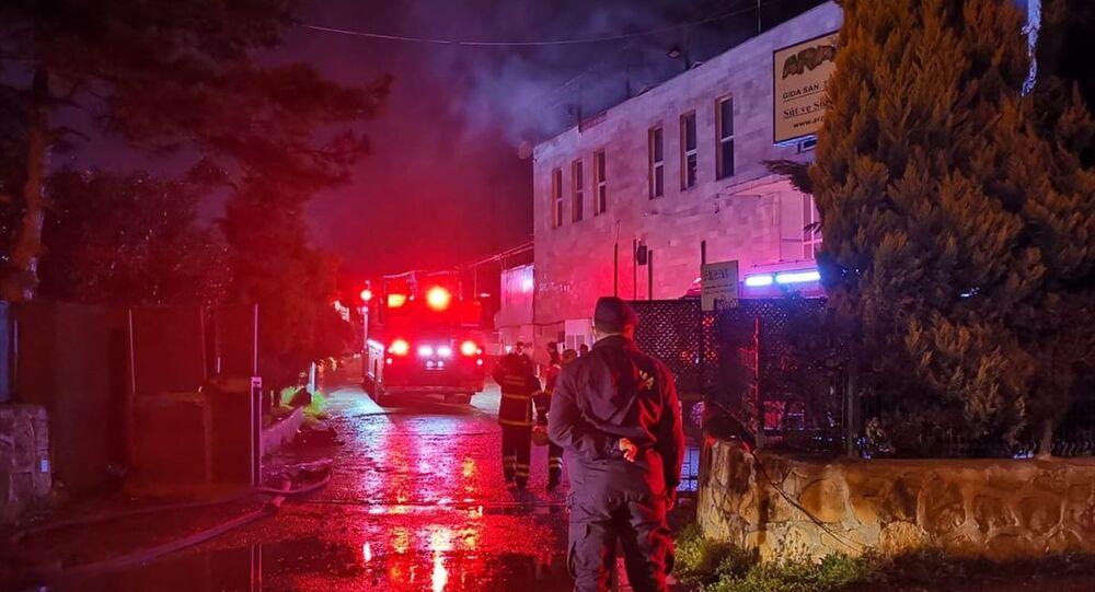 Kocaeli'nin Gebze ilçesinde süt ve süt ürünleri imalatı yapılan fabrikada çıkan yangında hasar oluştu.
