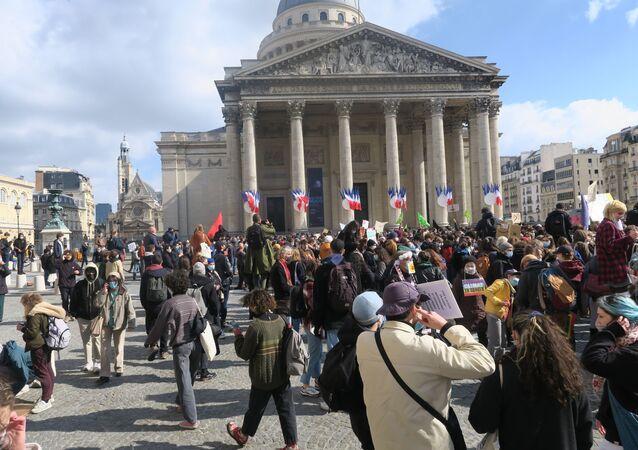Fransa'da kendilerini çevreci, anti-kapitalist ve küreselleşme karşıtı olarak tanımlayan yüzlerce öğrenci ve vatandaş, hükümetin koronavirüs (Kovid-19) salgını ile mücadele önlemlerini, İklim Yasası'nı ve ABD'li e-ticaret firması Amazon'un ülkenin güneyinde tesis kurma planını protesto etmek için sokaklara döküldü.