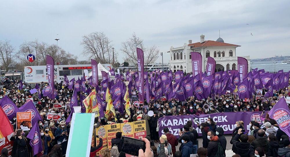Türkiye'nin dört bir yanında kadınlar, STK'lar ve kadın örgütleri Cumhurbaşkanlığı Kararı ile İstanbul Sözleşmesi'nden çıkma kararına karşı sokakta. Kadınlar İstanbul Kadıköy'de '''Kararı geri çek, sözleşmeyi uygula'' sloganlarıyla eylemde.