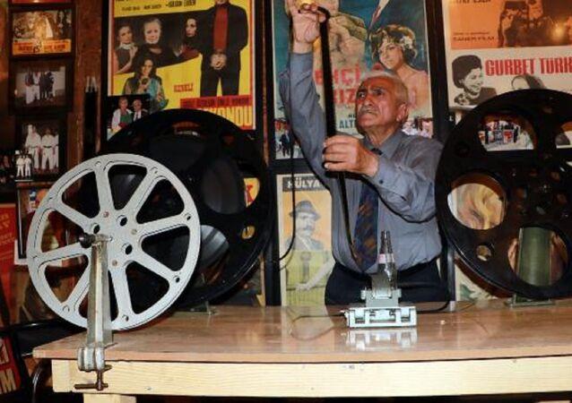 Adana'da çocukken sinema salonlarında gazoz satan sonraki yıllarda ise 15 yıl film makinistliği yapan Sabri Şenevi