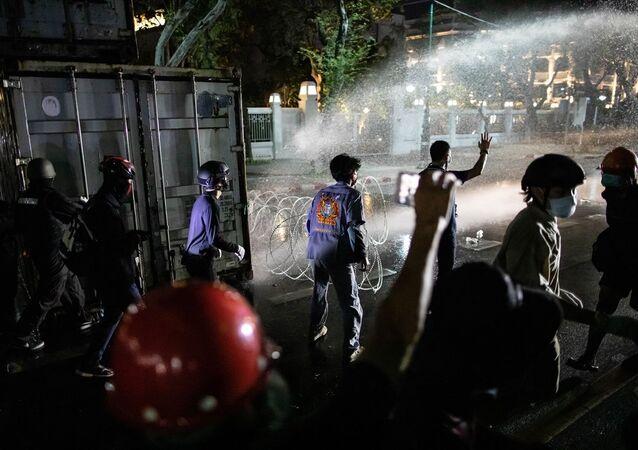 Tayland'ın başkenti Bangkok'taki Büyük Saray yakınında, hükümet karşıtı gösteri düzenlendi. Ülkede geçen yıl başlayan demokrasi yanlısı öğrencilerin öncülük ettiği gösterilerin devamı niteliğinde olan protestoda polis ekipleri, göstericileri dağıtmak için göz yaşartıcı gaz ve plastik mermi kullandı. Tayland'da hükümet karşıtları, tartışmalı 2019 genel seçiminin ardından muhalefetteki İleri Gelecek Partisinin kapatılarak meclisten ihraç edilmesi üzerine 14 Aralık 2019'da protestolara başlamıştı.
