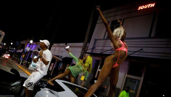 Bahar tatiline gelen gençlerin sokaklarında ve plajlarında çılgın partiler düzenlediği Miami Beach, OHAL ilan edip gece sokağa çıkma yasağı koydu. - Sputnik Türkiye