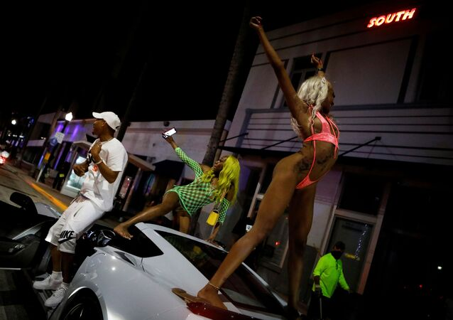 Bahar tatiline gelen gençlerin sokaklarında ve plajlarında çılgın partiler düzenlediği Miami Beach, OHAL ilan edip gece sokağa çıkma yasağı koydu.