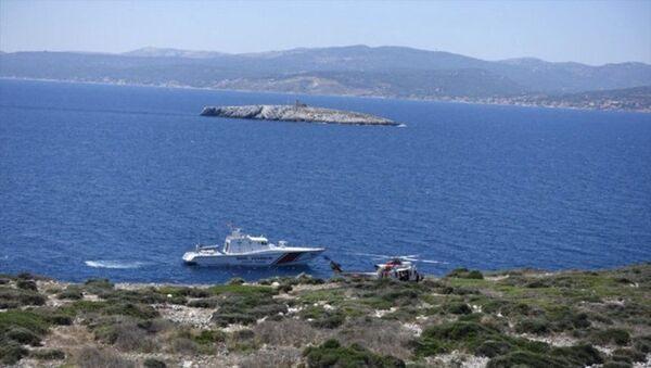İzmir'in Çeşme ilçesi açıklarında Yunanistan unsurlarınca denize atılan ve 3 gündür aranan sığınmacı, Sahil Güvenlik ekiplerince Boğaz Adası'nda bulundu. - Sputnik Türkiye