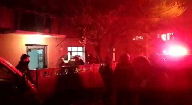 Düzce'de tartıştığı kız kardeşini ve kız kardeşinin çocuklarını darp etmeye kalkan bir şahsı, gürültüyü duyup sokağa dökülen mahallelinin elinden polis ekipleri kurtardı.