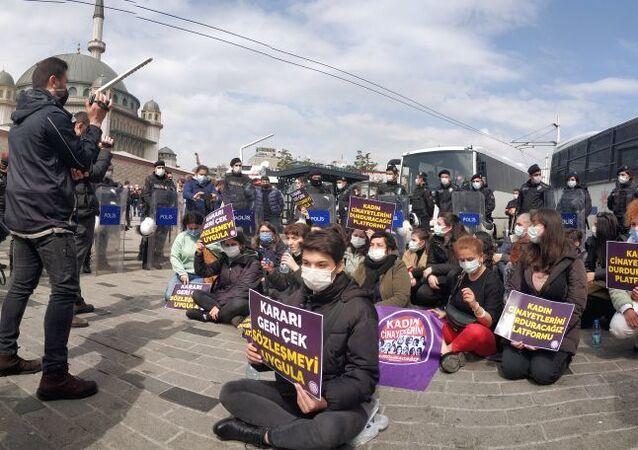 Taksim'de kadınların başlattığı oturma eylemi