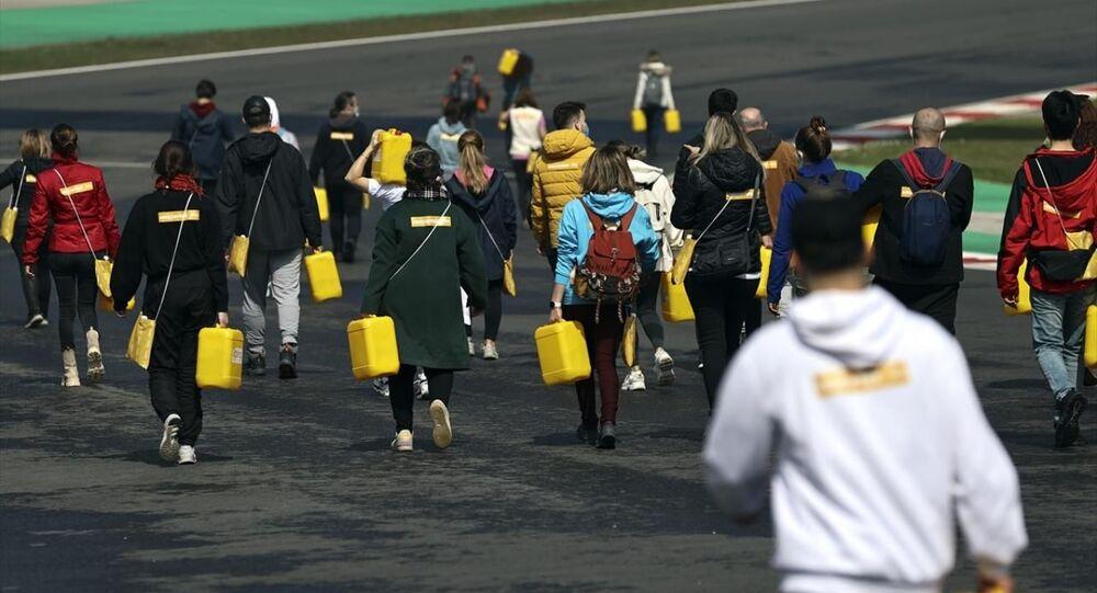 Afrika insanıyla empati kurmak için yürüyerek bidonla su taşıdılar