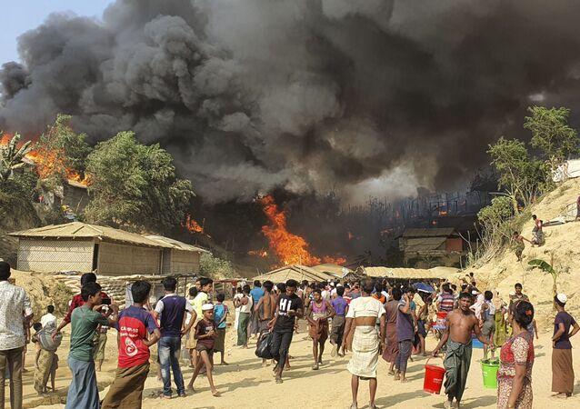 Bangladeş'teki Rohingya mülteci kampında yangın