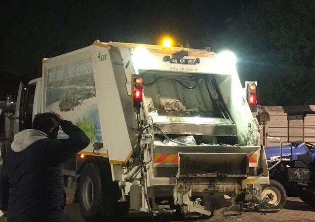 Muğla'nın Fethiye ilçesinde çöp kamyonunda patlayan madde, temizlik işçisinin yüzü yaktı