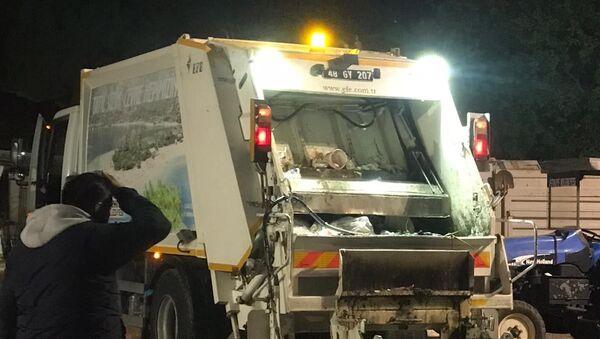 Muğla'nın Fethiye ilçesinde çöp kamyonunda patlayan madde, temizlik işçisinin yüzü yaktı - Sputnik Türkiye