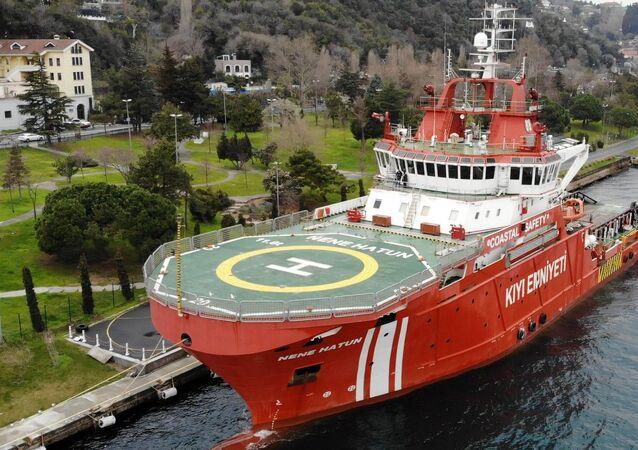Ulaştırma ve Altyapı Bakanlığı Kıyı Emniyeti Genel Müdürlüğü, kritik mevkilerde kurulan istasyonlarıyla ve 2 binin üzerinde deneyimli personel kadrosuyla 7 gün 24 saat gemilerin acil durum çağrılarına cevap veriyor.Ekipler denizlerin en tehlikeli noktalarında arama kurtarma çalışmaları yürütüyor. Bunlardan biri olan Türkiye'nin ilk acil müdahale gemisi 'Nene Hatun', her türlü hava şartında görev yapabilecek niteliklere sahip olması nedeniyle, gemi kazalarına, deniz kirliliğine ve yangınlara karşı Kıyı Emniyeti Genel Müdürlüğü'nün operasyonel gücünü arttırıyor.