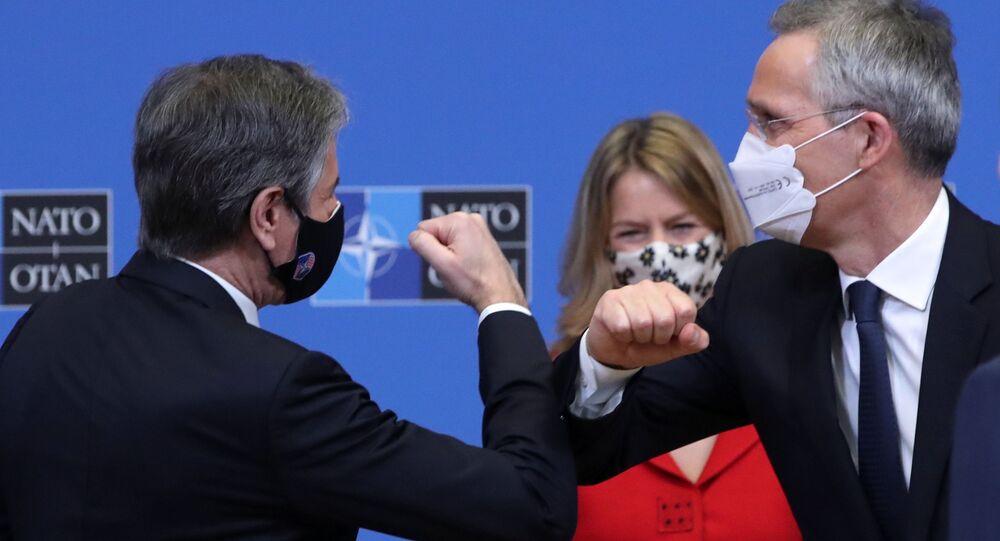 NATO Dışişleri Bakanları Toplantısı öncesi düzenlenen etkinlikte ABD Dışişleri Bakanı Antony Blinken (solda) ile NATO Genel Sekreteri Jens Stoltenberg'den koronavirüs nedeniyle dirsek selamı