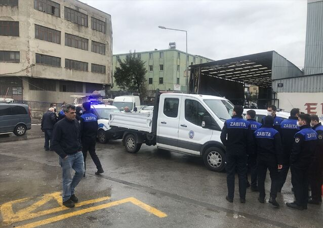 İzmir'in Karabağlar ilçesinde, denetim yapan 3 zabıta görevlisi, bir grubun saldırısında yaralandı.