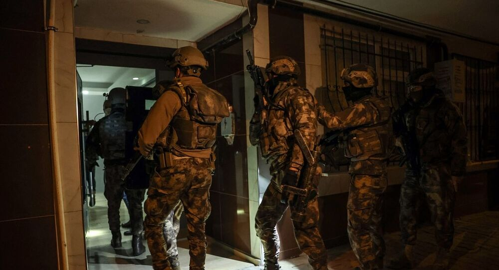 İstanbul'da IŞİD'e yönelik 10 ilçede düzenlenen eş zamanlı operasyonda, 16'sı yabancı uyruklu 18 şüpheli gözaltına alındı.