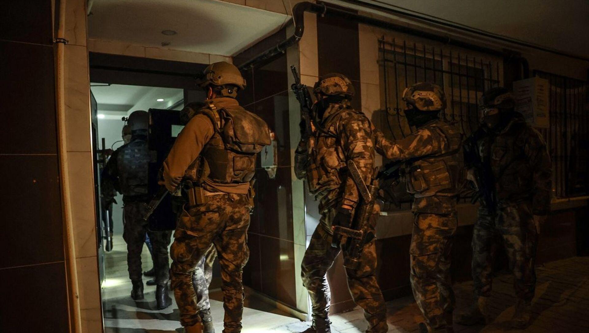 İstanbul'da IŞİD'e yönelik 10 ilçede düzenlenen eş zamanlı operasyonda, 16'sı yabancı uyruklu 18 şüpheli gözaltına alındı. - Sputnik Türkiye, 1920, 20.04.2021