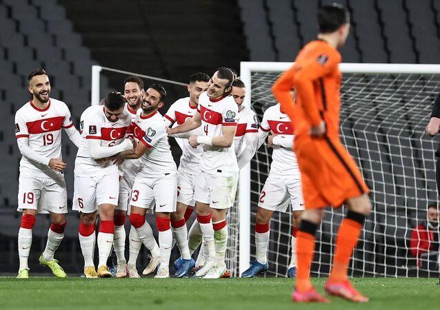 A Milli Futbol Takımı, 2022 FIFA Dünya Kupası Elemeleri G Grubu'nda Hollanda ile Atatürk Olimpiyat Stadı'nda karşılaştı. A Milli Takım oyuncuları attıkları gol sonrası sevinç yaşadı.