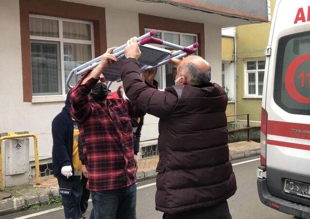 Samsun'da akıllara durgunluk veren bir ev kazası yaşandı. Evin içerisinde yukarıda bir yerde durandemirmerdivendüşerek adamın kafasına sağlandı. Talihsiz adam kafasındakimerdivenle ambulansa alınarak hastaneye kaldırıldı.