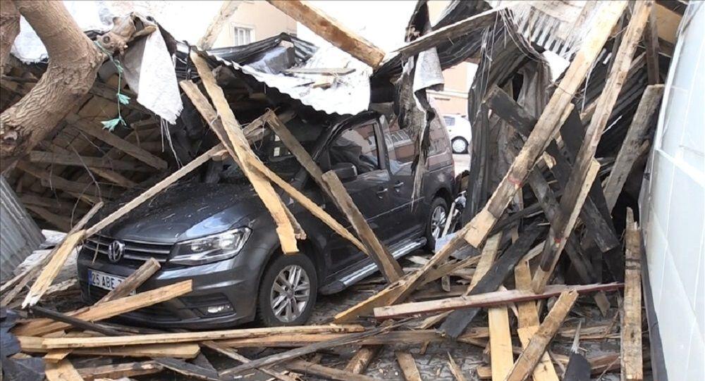 Muş'ta şiddetli fırtına nedeniyle 50 evin çatısı uçtu