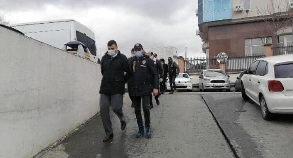 İstanbul merkezli 3 ilde düzenlenen operasyonda, bir Körfez bankasının sistemine girerek, 25 milyon avro ve 17 milyon dolar havale gerçekleştirip büyük vurgun yaptıkları ileri sürülen uluslararası çetenin 5 üyesi, düzenlenen operasyonda gözaltına alındı. Operasyon anları kameraya yansıdı.