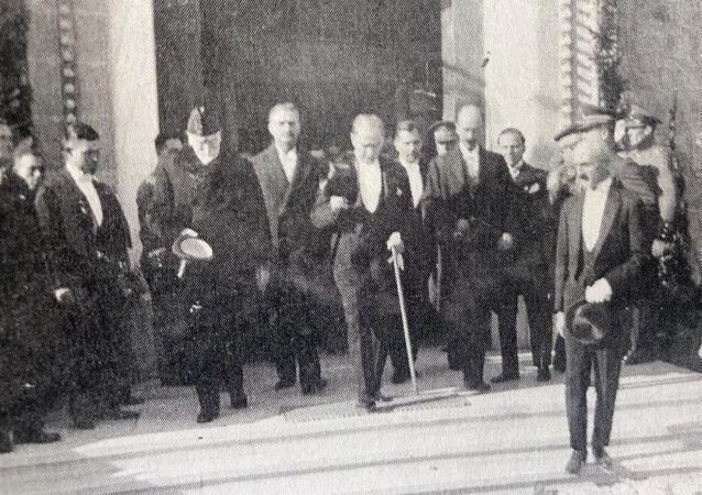 Yunanistan Başbakanı Elefterios Venizelos, 1930'daki Ankara ziyaretinde Mustafa Kemal Atatürk ile birlikte.