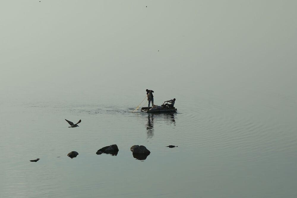 Baraj gölünde su seviyesinin düşmesi ile ortaya çıkan kayaların oluşturduğu yansıma görüntüsü fotoğrafa ayrı bir renk katıyor. Kimisinin geçim kaynağı olan, kimisinin de hobi olarak balık tuttuğu baraj gölünde en iyi görüntüler günbatımında açığa çıkıyor.