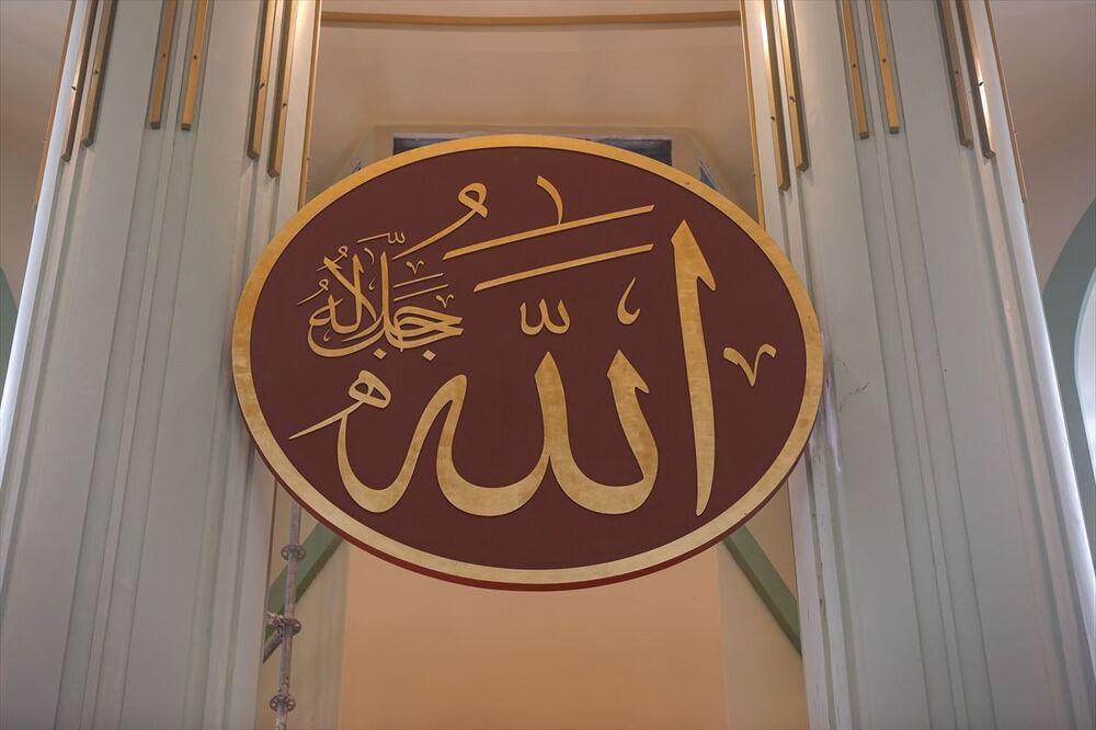 Caminin içerisinde yer alacak 6 hat levhanın ilki olan 'Allah' lafzı asıldı, diğer levhaların montajı için ise çalışmalar devam ediyor. Ayrıca asılacak diğer hat levhalarda Muhammed, Ebubekir, Ömer, Osman, Ali isimleri yazıyor.
