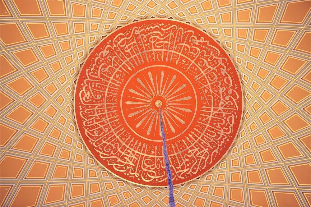 Caminin hatlarındaki ana mekan kubbe göbek yazısında Fatiha Suresi, ana mekan kubbe kasnağında Al‐i İmran suresi, ana mekan orta kuşak yazısında Amenerrasulü olarak bilinen Bakara Suresinin 285 ve 286. ayetleri ile Haşr Suresinin 20-24. ayetleri, giriş kubbesi göbek yazısında İhlas Suresi, giriş kubbesi kasnak yazısında Ayet-el Kürsi ve sonraki ayet, ana kapı üstü yazısında Nisa Suresi 103.ayetinin son kısmı ve İstiklal girişi kapı üstü yazısında ise Ra'd Suresinin 24. ayeti yer alıyor.