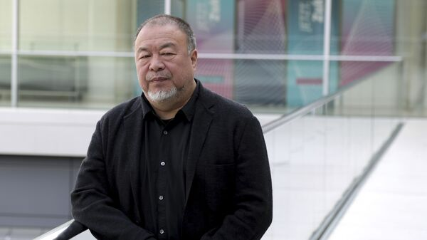 Çinli sanatçı Weiwei'nin Hong Kong'daki fotoğrafı, 'kaba' olduğu gerekçesiyle kaldırıldı - Sputnik Türkiye