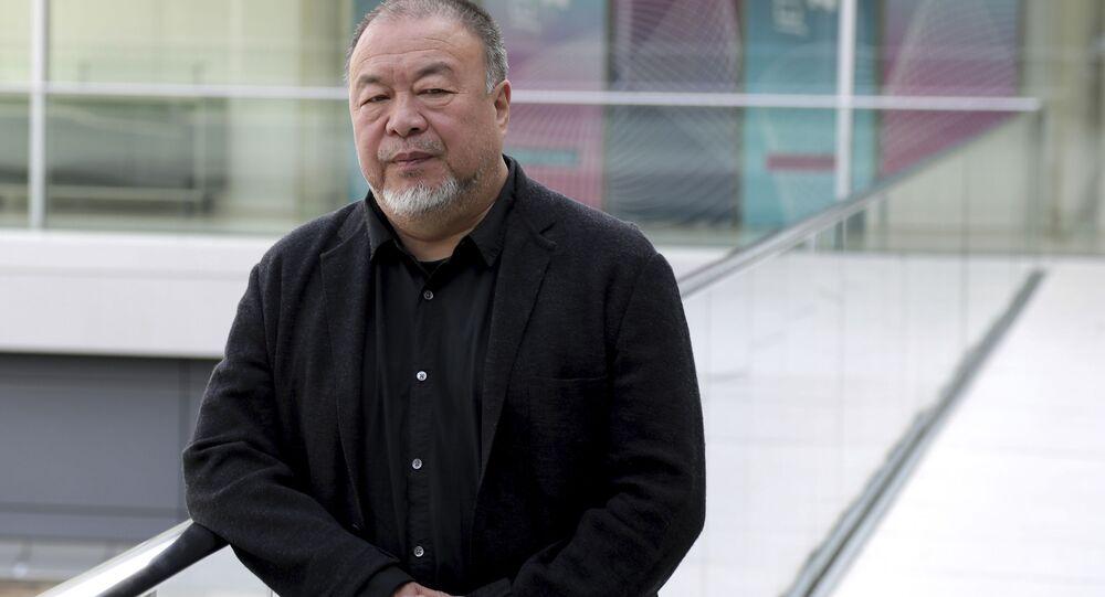 Çinli sanatçı Ai Weiwei'nin Hong Kong'daki fotoğrafı 'kaba' olduğu gerekçesiyle kaldırıldı