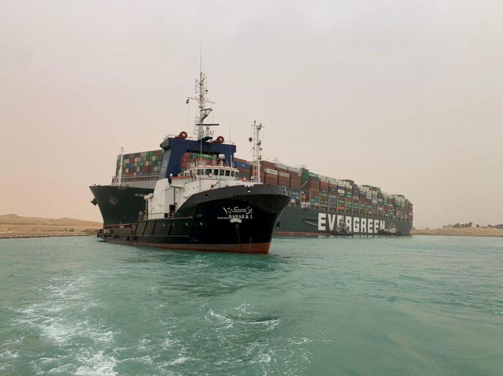 Şimdiye kadar kurtarma çalışmalarının başarılı olamamasının nedeninin geminin pruvasının kanalın içine saplanmış olabileceği belirtiliyor. Kurtarma çalışmalarına destek için bölgeye ekip gönderen Hollandalı firma ise geminin kanaldan çıkarılmasının birkaç hafta sürebileceğini açıkladı