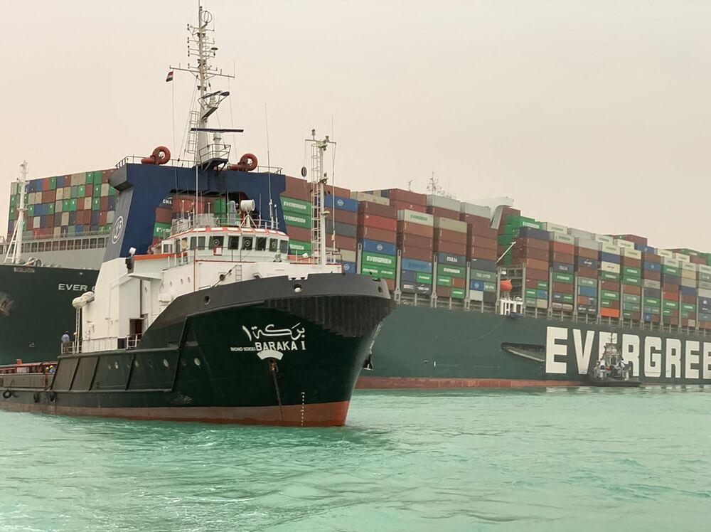 Mısır'daki Süveyş Kanalı, Ever Given isimli 400 metrelik geminin karaya oturması yüzünden tıkalı