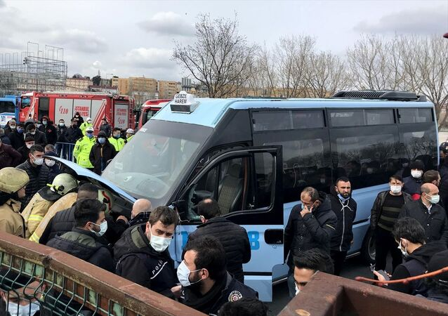 İBB'nin taksi dönüşüm projesine yine ret: Kararı protesto eden bir esnaf minibüsünü yakmaya çalıştı
