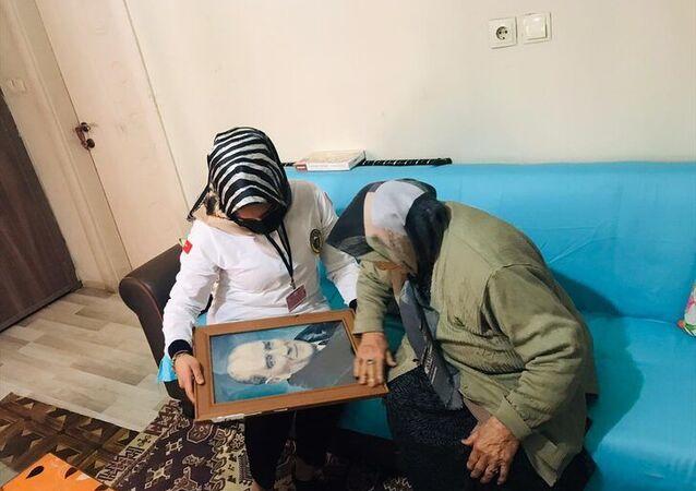 Iğdır'da sağlık çalışanları, Latife ninenin Atatürk portresi isteğini yerine getirdi