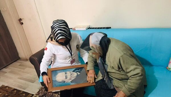 Iğdır'da sağlık çalışanları, Latife ninenin Atatürk portresi isteğini yerine getirdi - Sputnik Türkiye