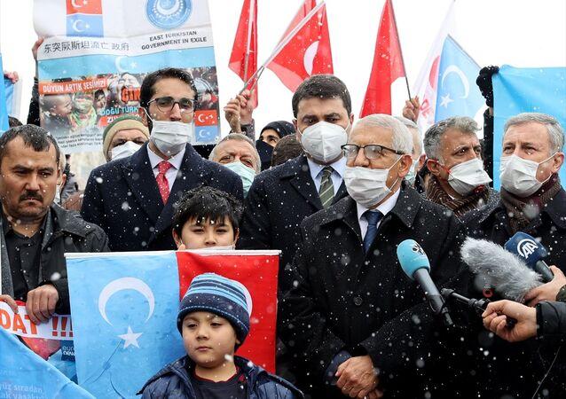 Çin, büyükelçilik önünde protesto edildi