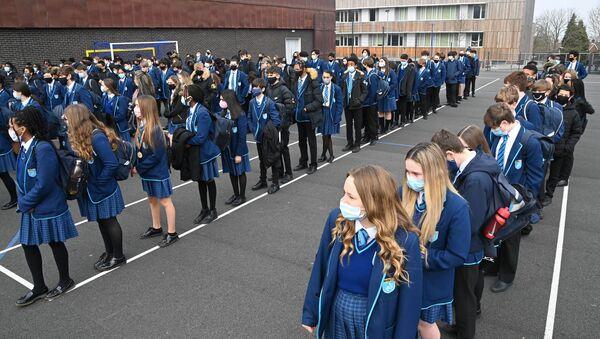 Britanya'da 8 Mart 2021'de bazı koronavirüs önlemlerinin gevşetilmesiyle okullar yeniden açıldı. (İngiltere, Güney Londra, Harris Academy Sutton) - Sputnik Türkiye