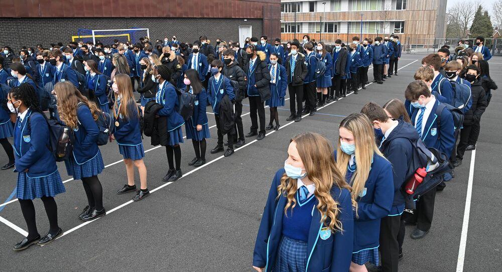 Britanya'da 8 Mart 2021'de bazı koronavirüs önlemlerinin gevşetilmesiyle okullar yeniden açıldı. (İngiltere, Güney Londra, Harris Academy Sutton)